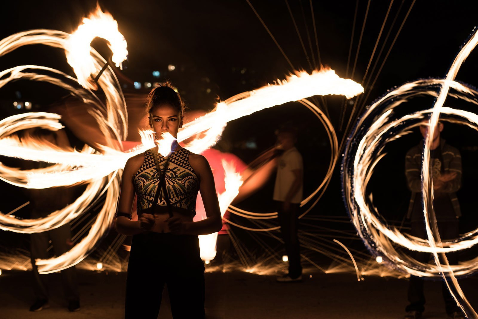 Ragazza in piedi e in possesso di torcia fiammeggiante con luce di fuoco