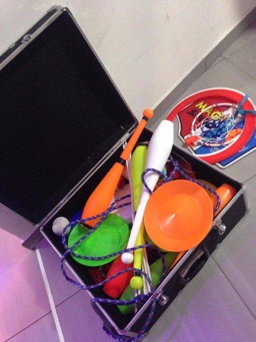 Valigia piena di oggetti per imparare a fare malabaresi