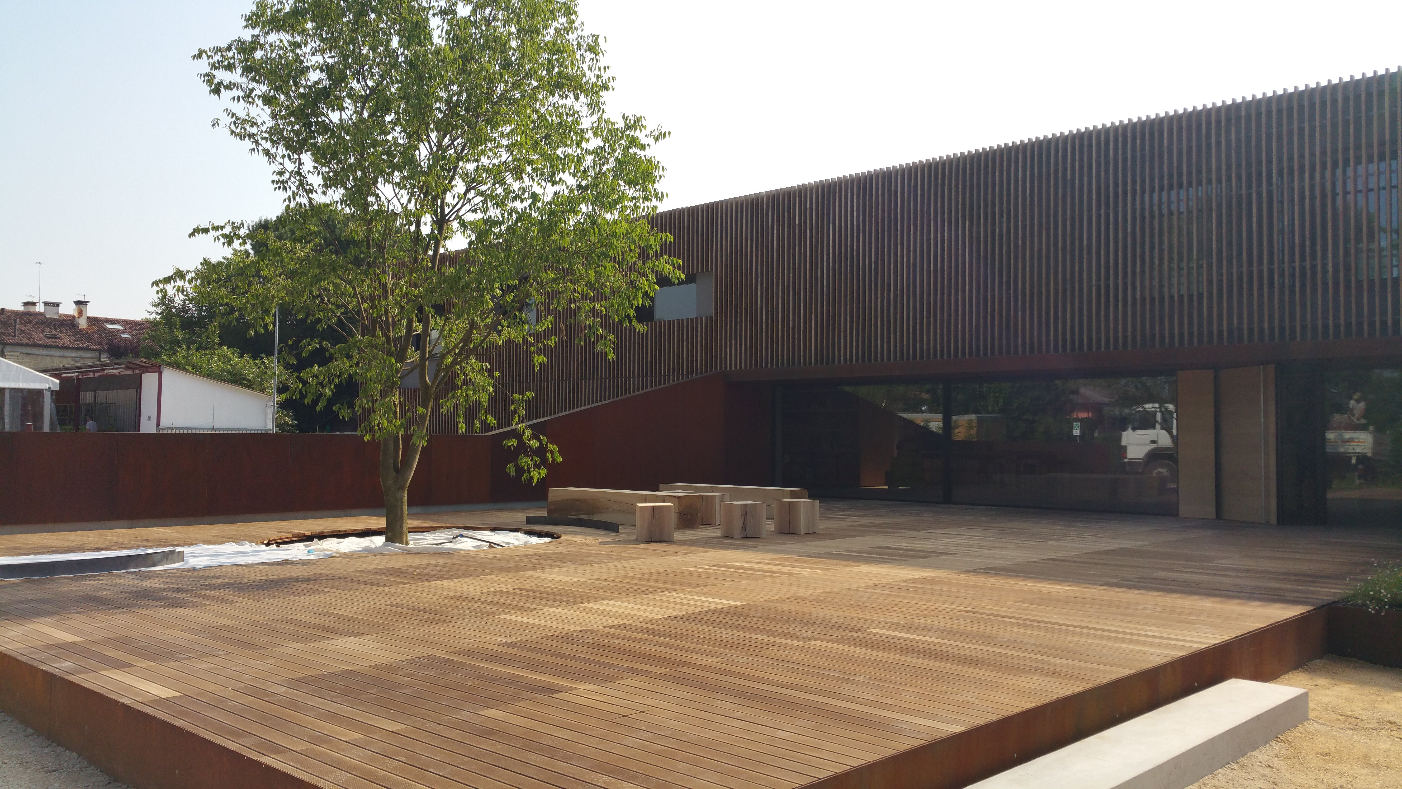 scuola con giardino