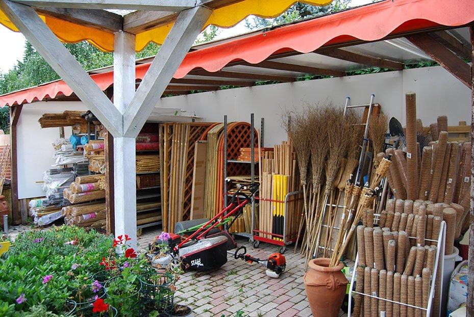 utensili da giardino e vasi di fiori