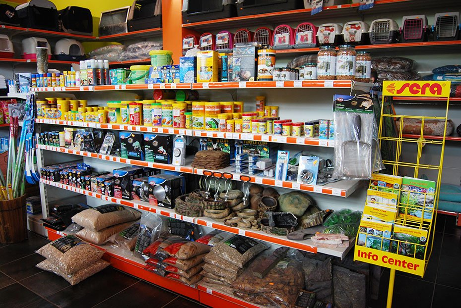 scaffali con mangime per pesci e altri oggetti