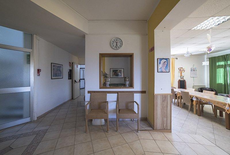 interno di una casa di riposo con servizio mensa sulla destra