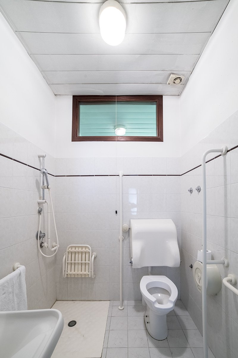 bagno con bide, lavabo e asciugamani