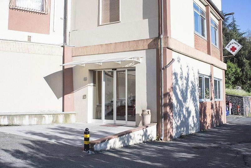 vetrine di un edificio e insegna SANATRIX