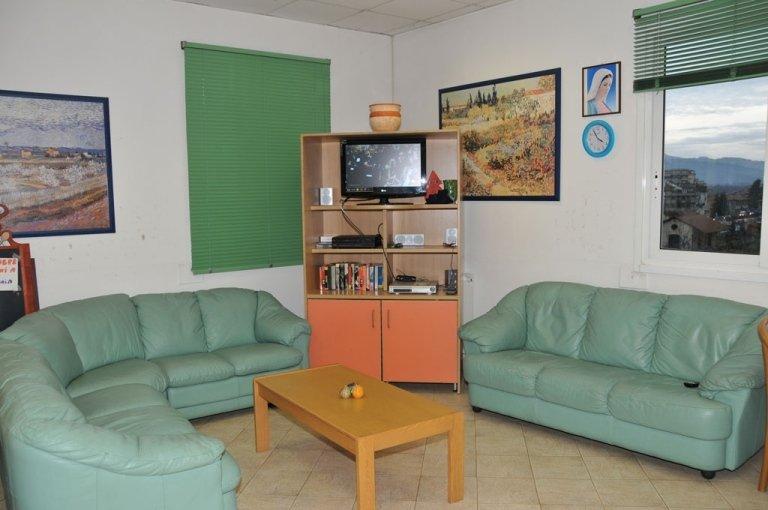 sala televisione con divano