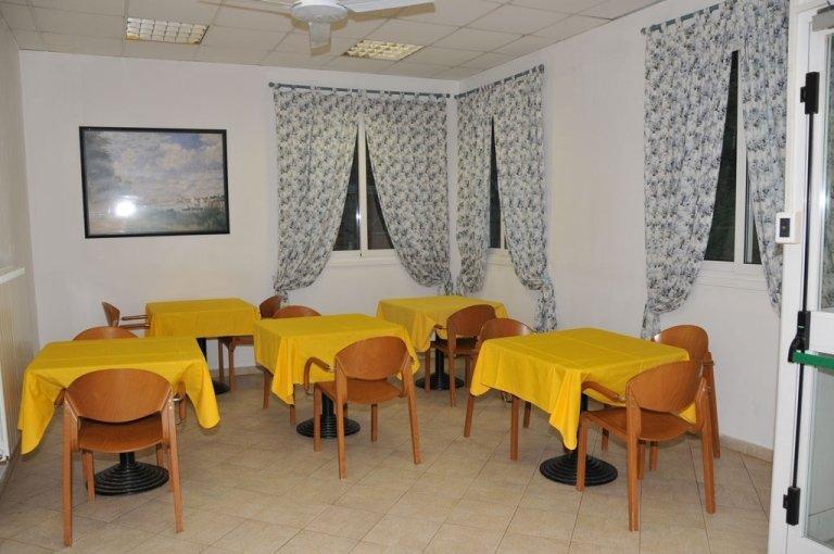 mensa con tavoli e sedie