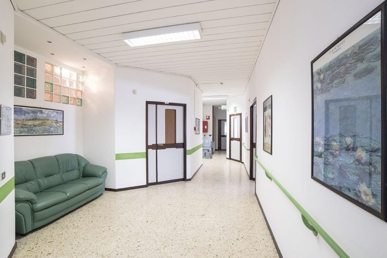 corridoio con divano e attrezzatura su parete in Casa Riposo SANATRIX