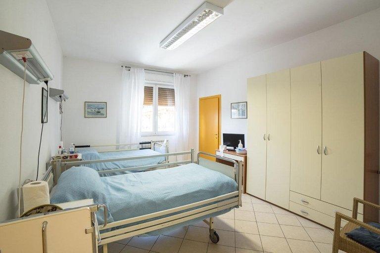 posti letto con armadio e arredamento in una stanza