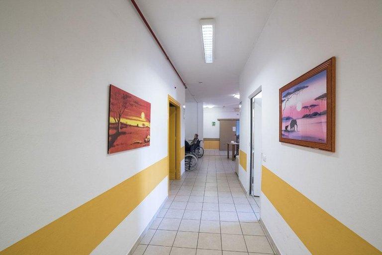 corridoio con parete decorazione e pavimento in piastrelle