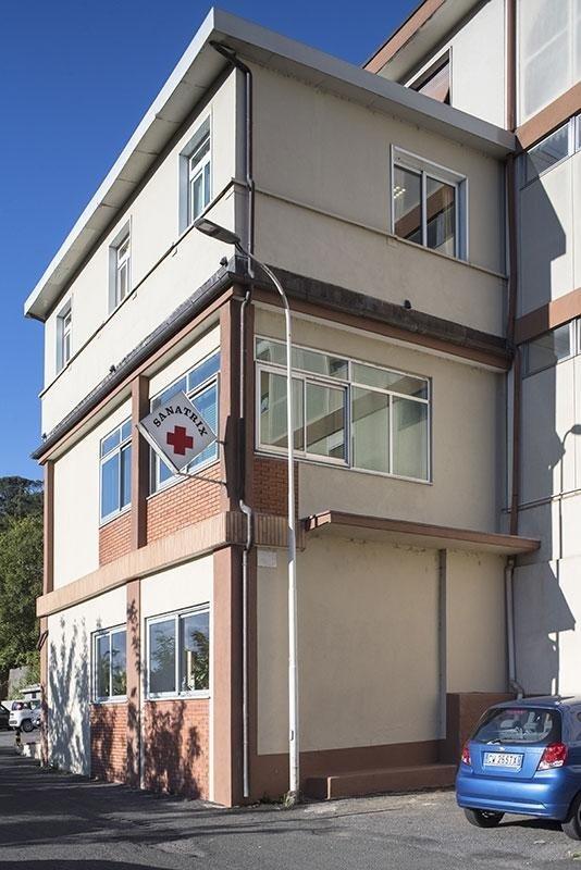 vista laterale di Casa Riposo SANATRIX con una macchina parcheggiata