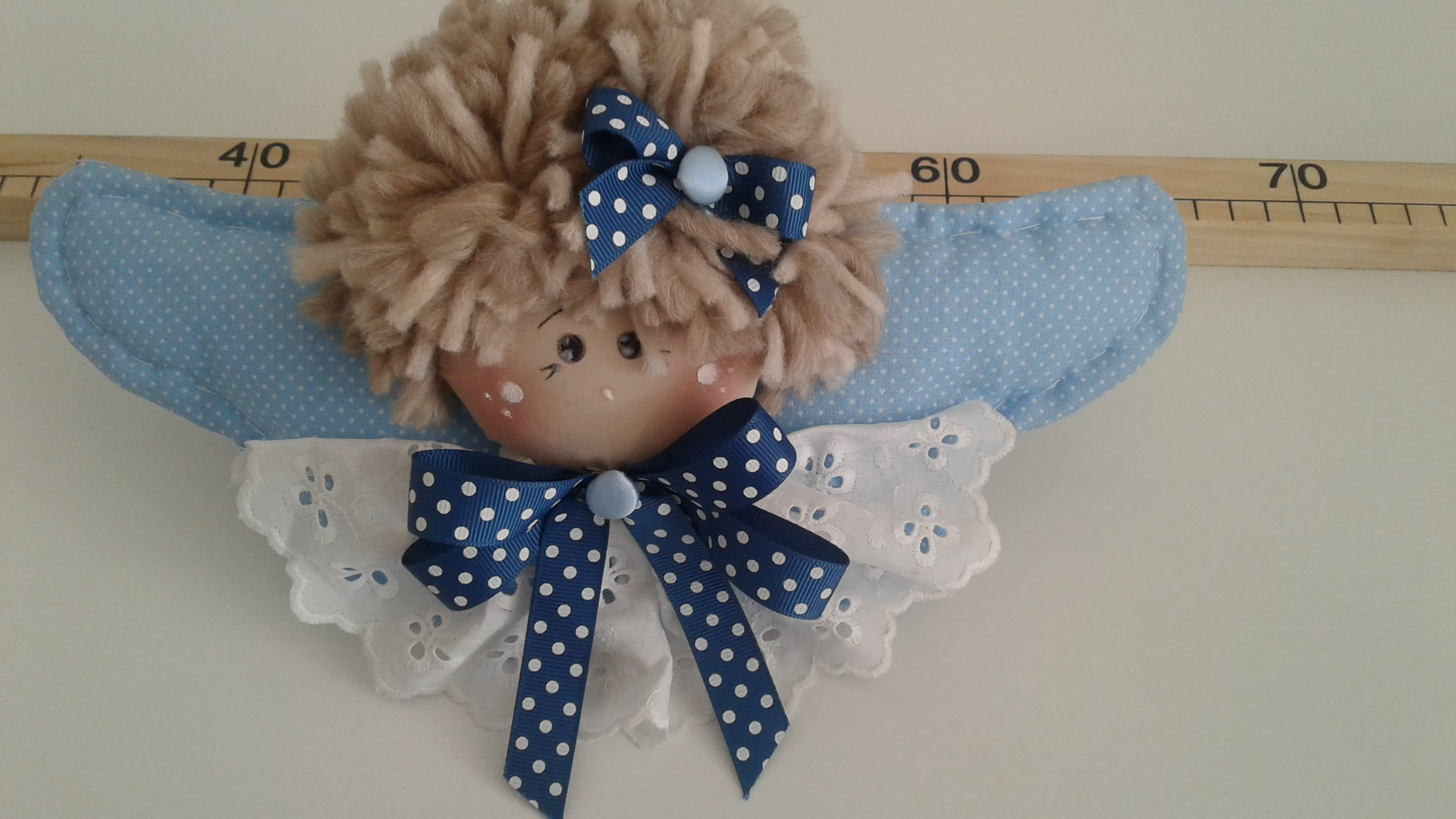 bambola di pezza con fiocco blu