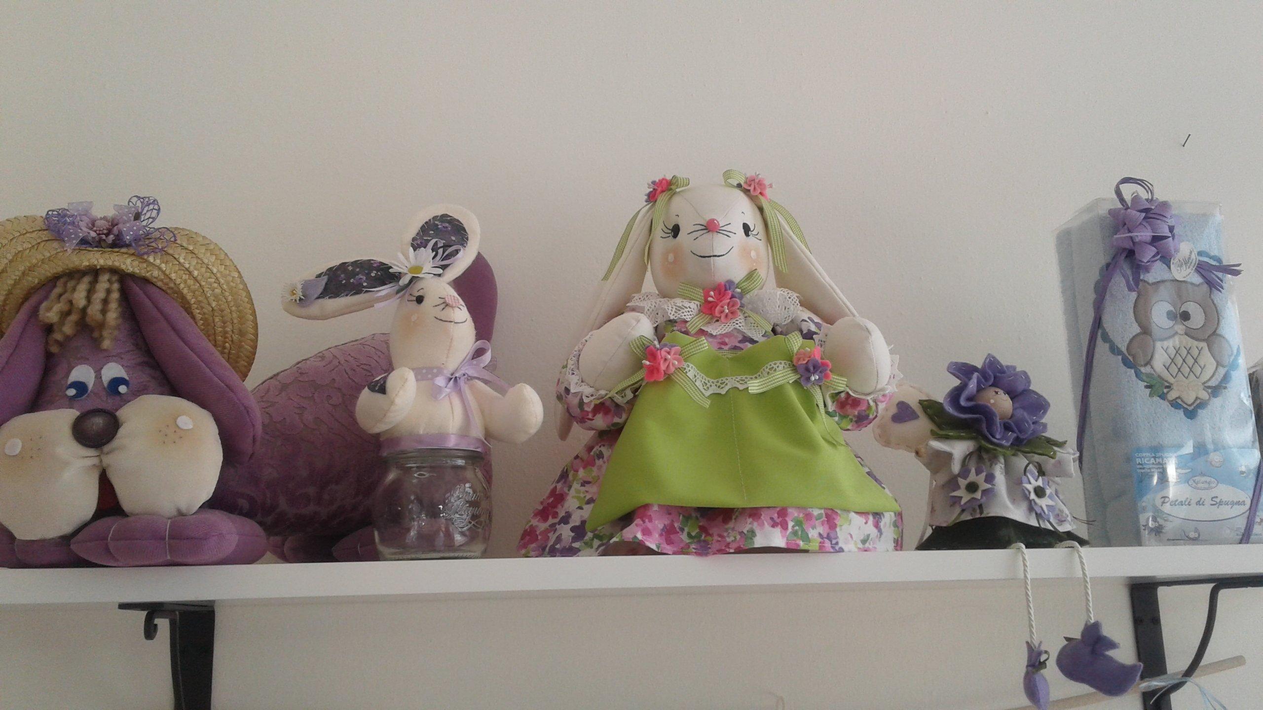 Conigli di pezza con vestito verde e fiori rosa