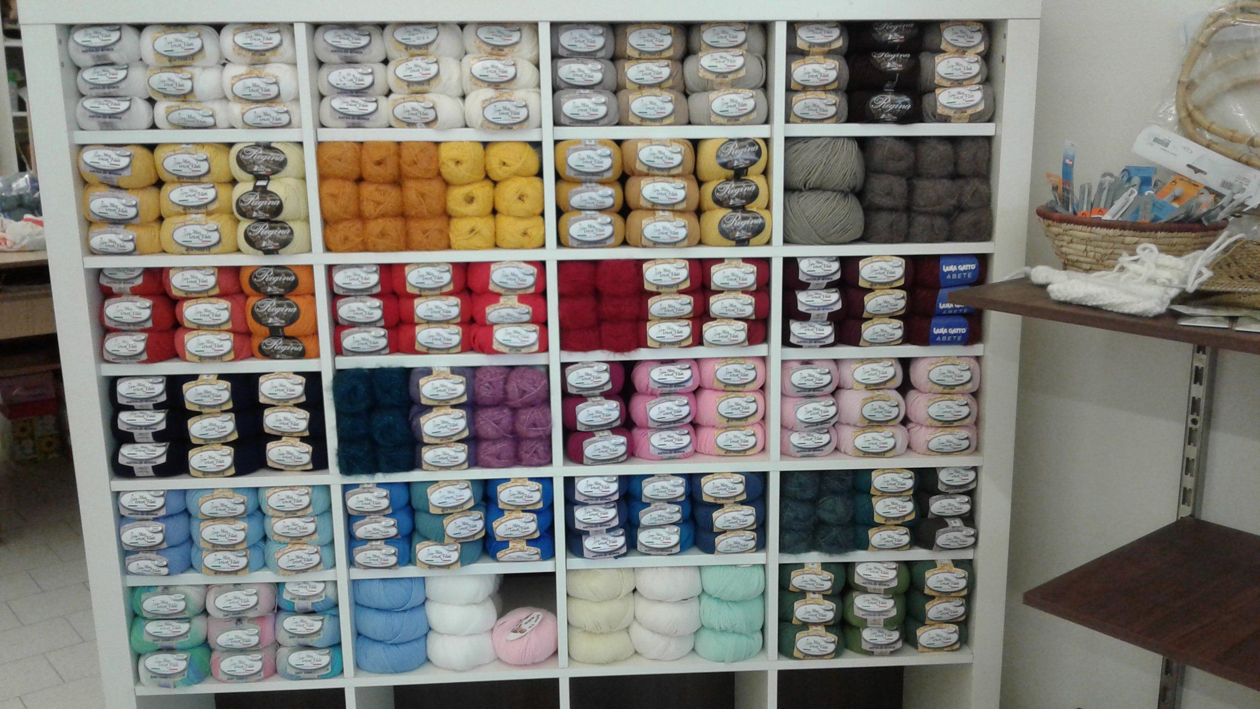 scaffale con gomitoli di lana colorati