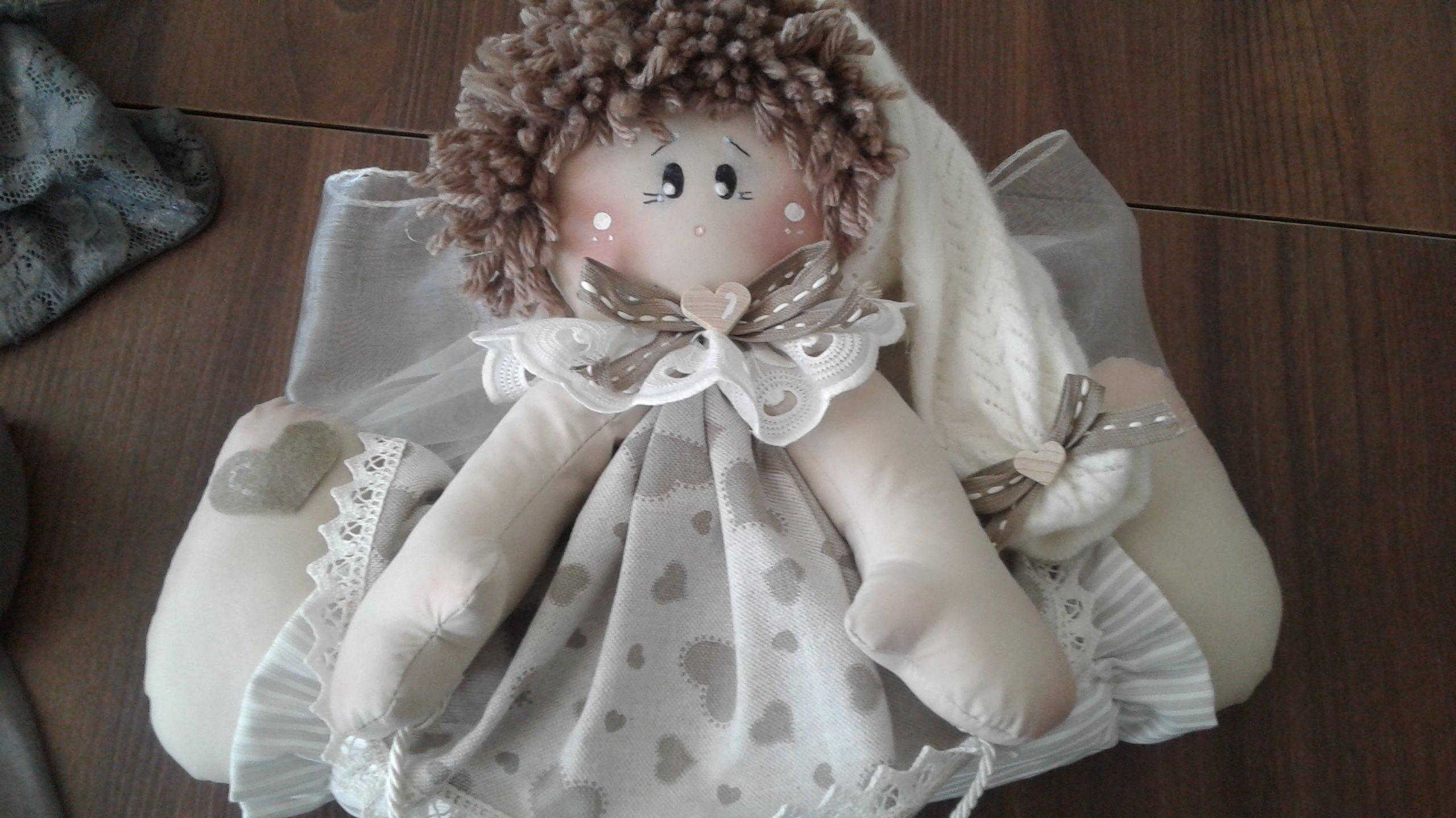 bambola di pezza con vestito bianco con cuori