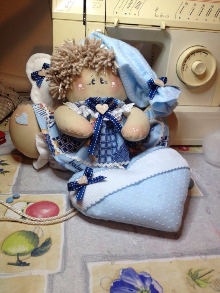 bambola di pezza con cuore azzurro