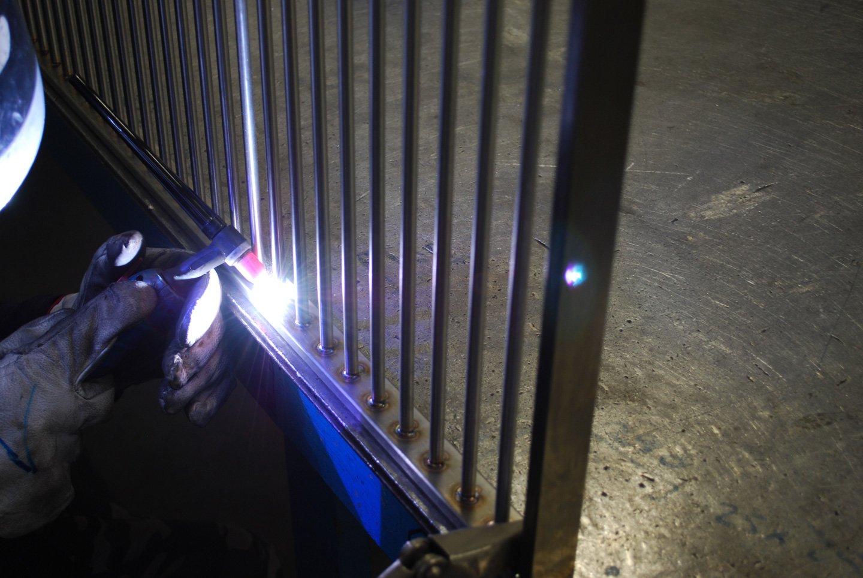 saldatura di un cancello in acciaio