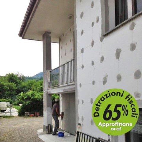 operai crea cappotto termico sull'esterno di un'abitazione