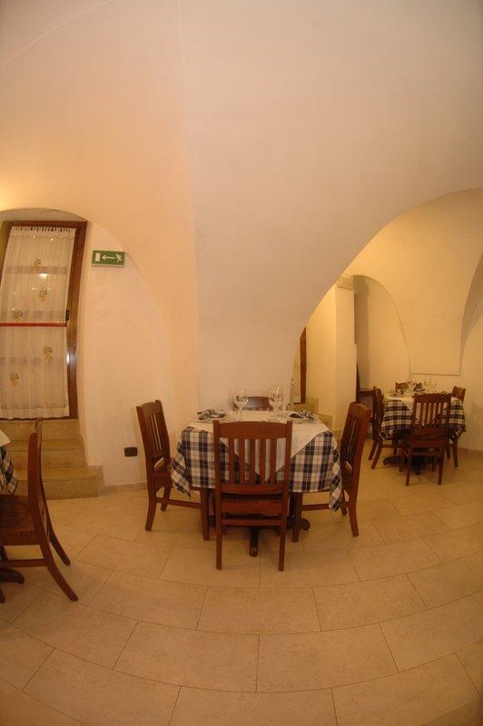 Uscita di sicurezza, tavoli all'interno del ristorante a Locorotondo, BA