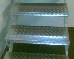 dei gradini in metallo