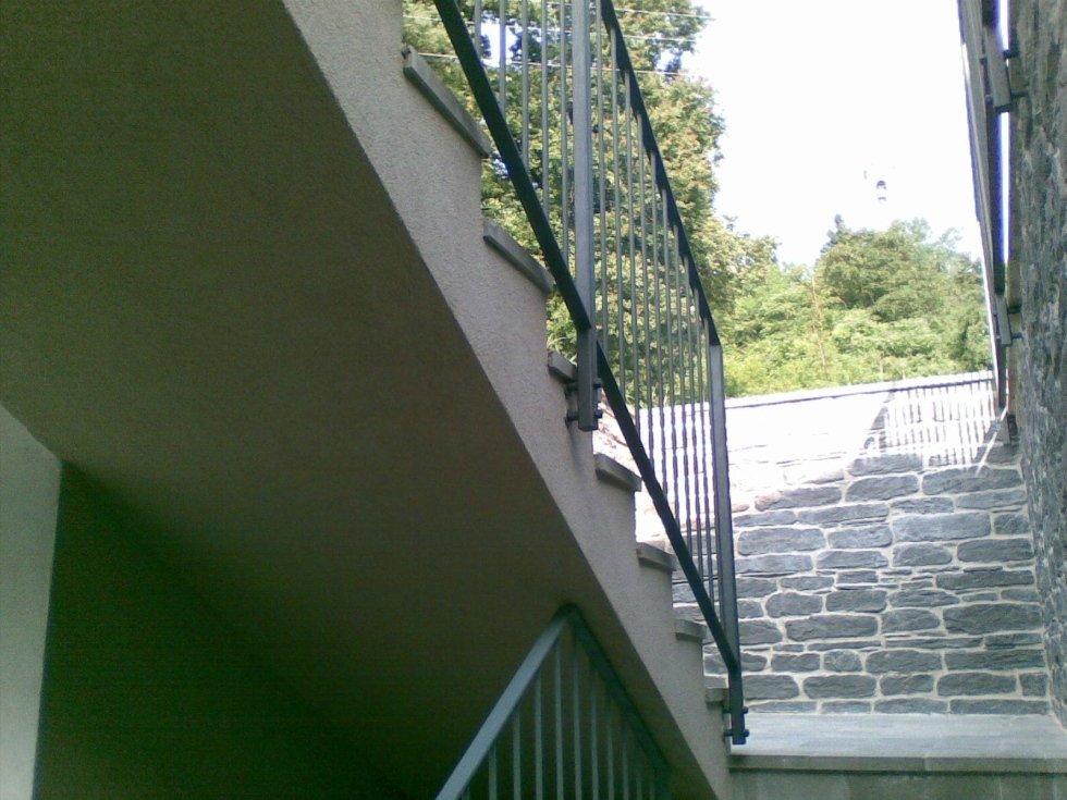 vista dalle scale del corrimano e di un muro in pietra