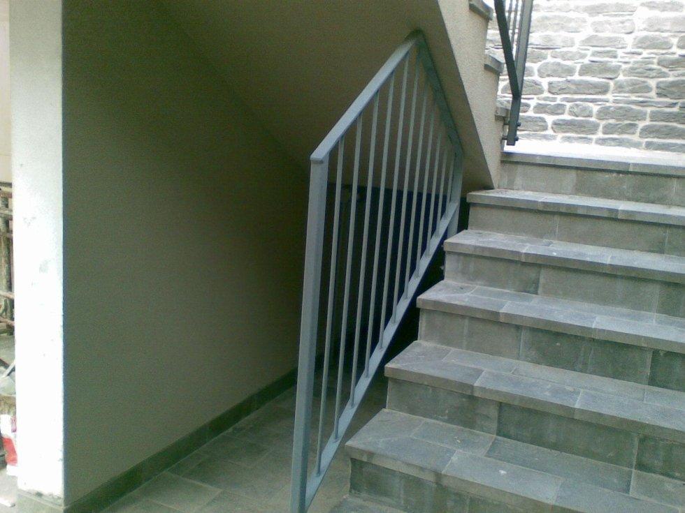 vista delle scale con il corrimano e il sottoscala