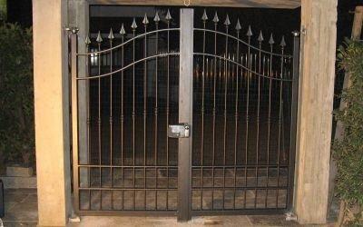 un cancello in ferro battuto visto dall'esterno