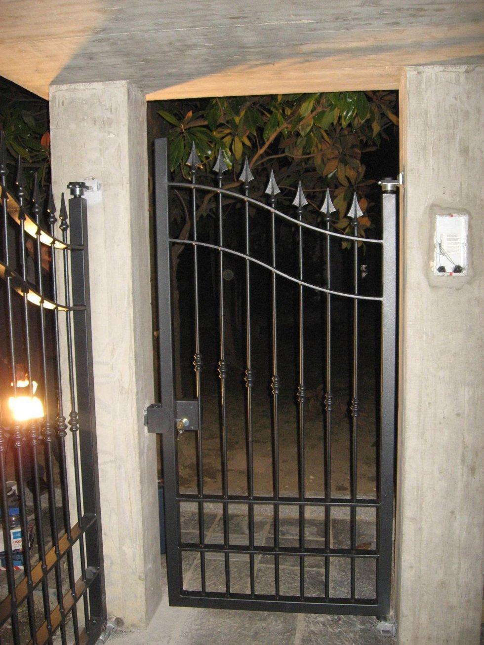 un piccolo cancello in ferro battuto