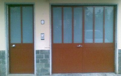 due porte in ferro di color marrone, una piccola e una grande
