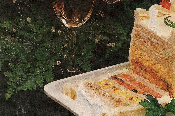 un bicchiere di vino, delle foglie e sulla destra un tortino alle verdure