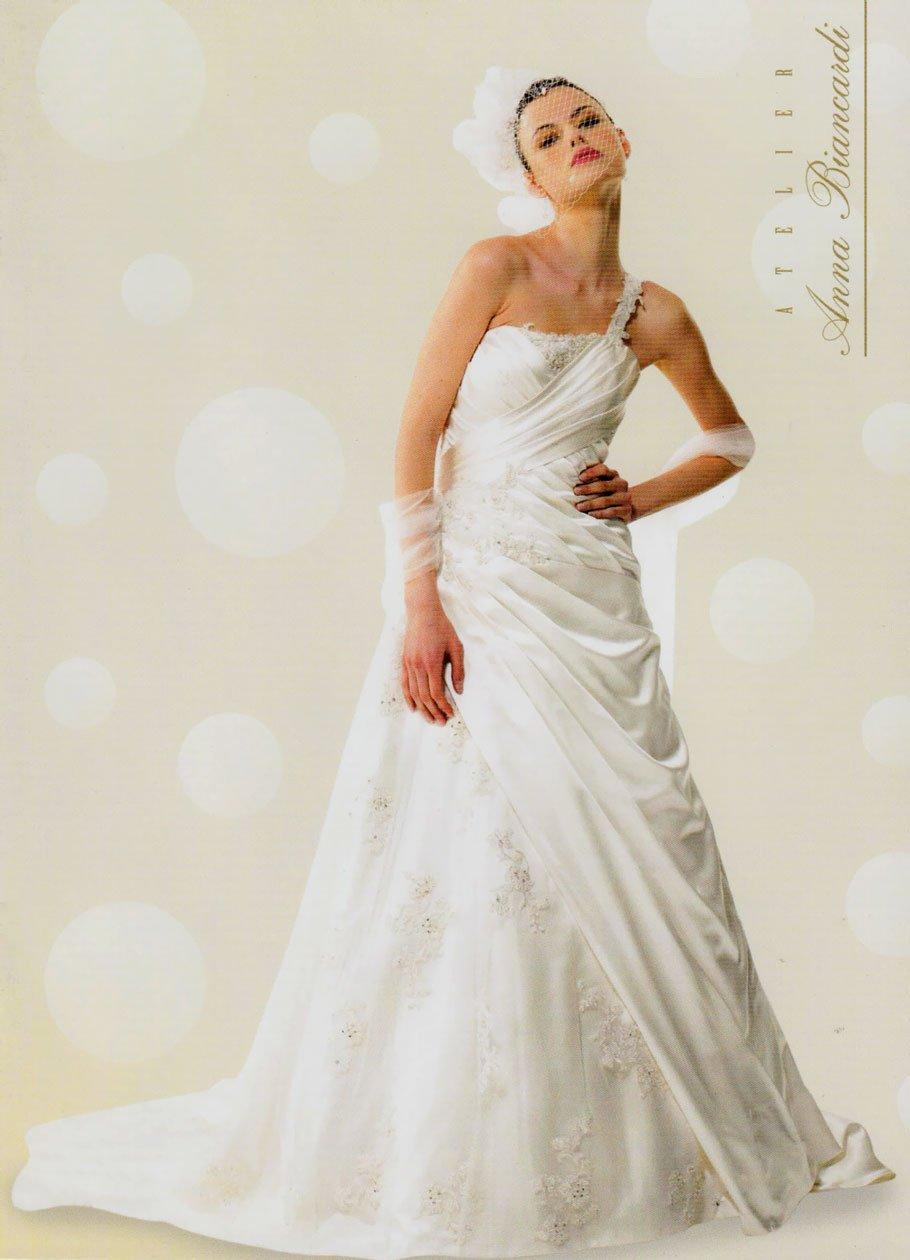 una modella in posa con un vestito da sposa in stile elegante