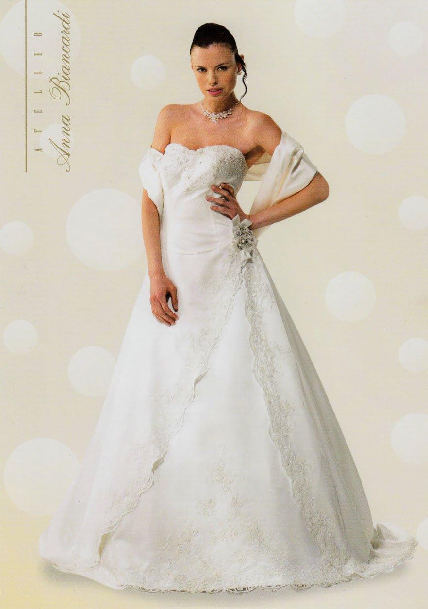 Modella in posa con un vestito da sposa bianco ed elegante con fiori