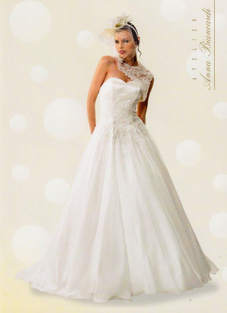 Modella con un vestito da sposa bianco e braccia sulla schiena