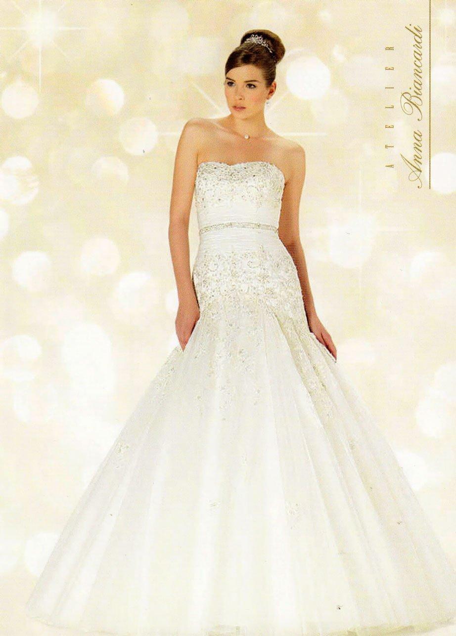 Una giovane modella con capelli raccolti e vestita da sposa