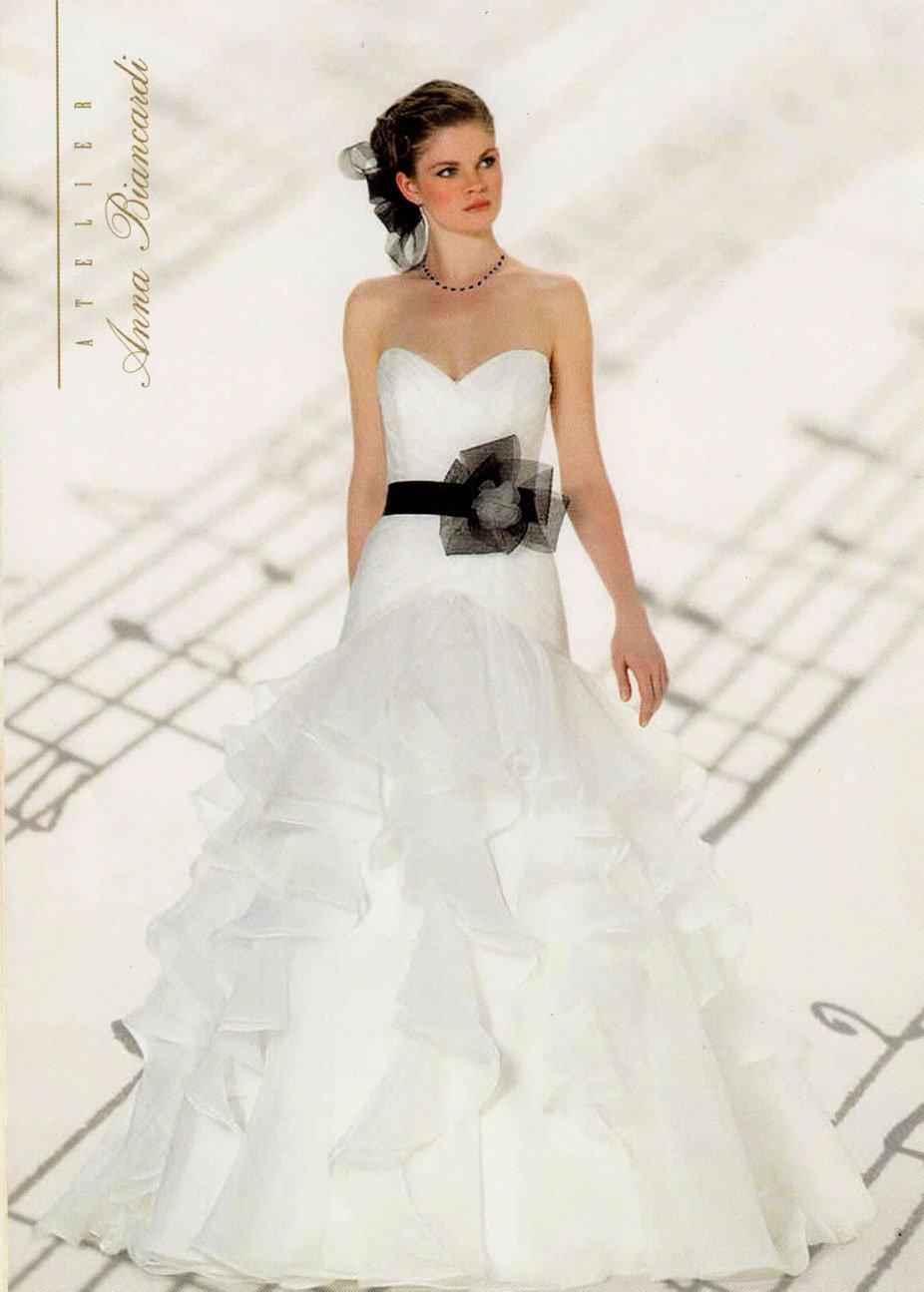 Modella con un vestito da sposa con nastro floreale nero