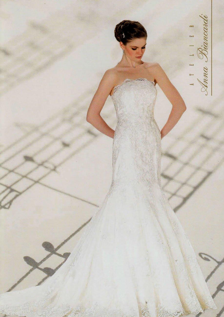 una modella con un vestito da sposa e uno sfondo musicale