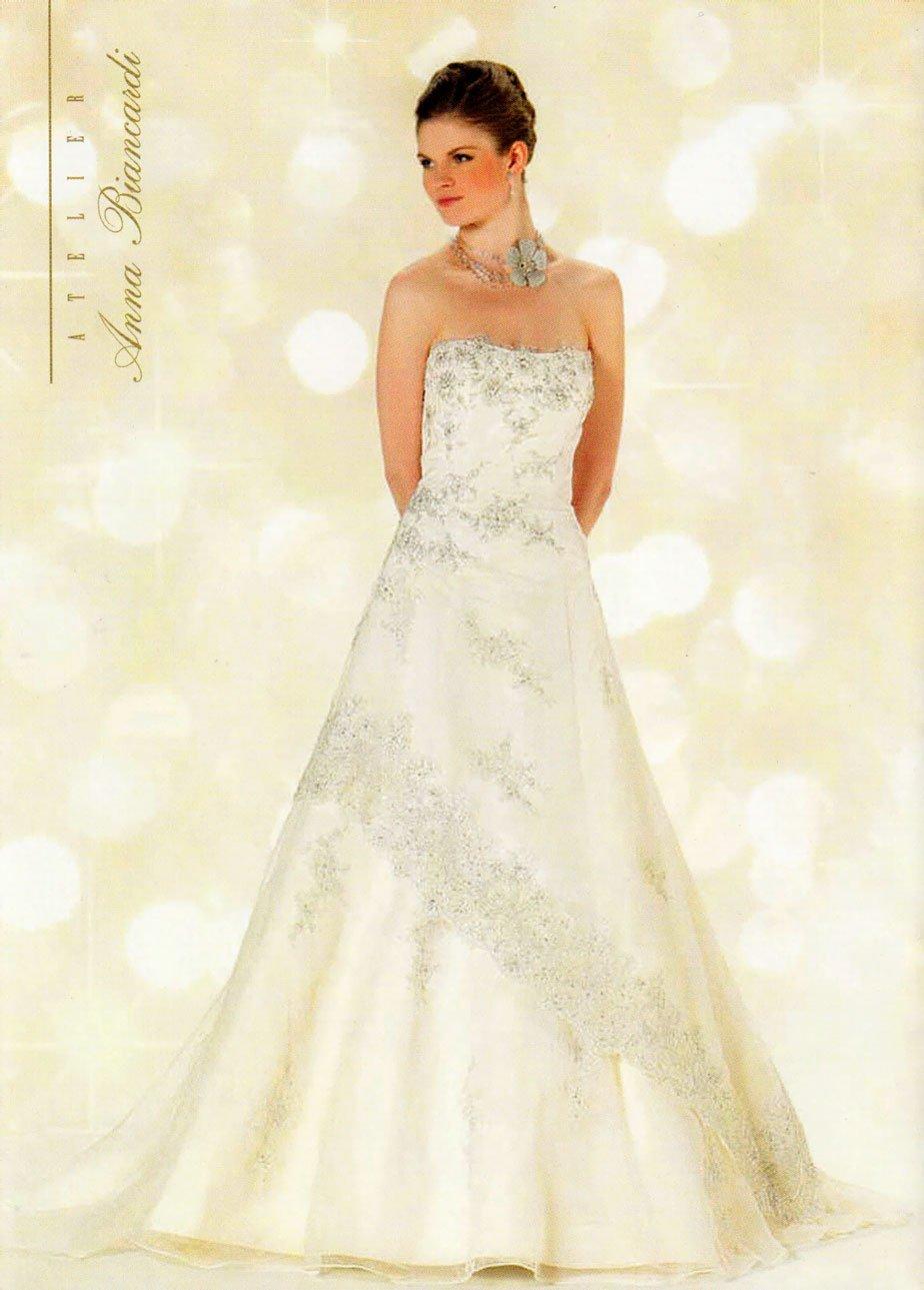 modella con un vestito da sposa che guarda di lato