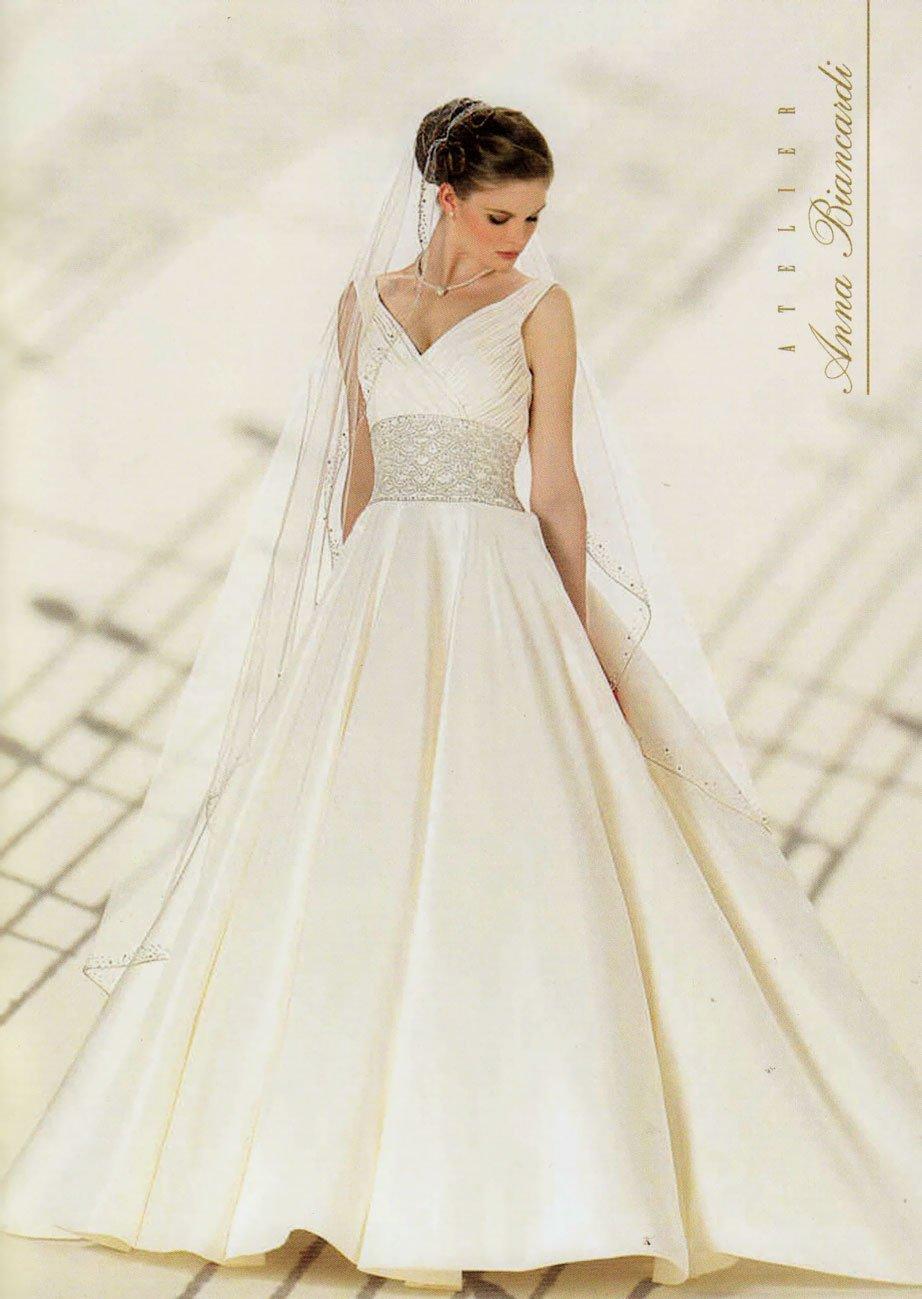 Modella vestita da sposa che guarda in basso