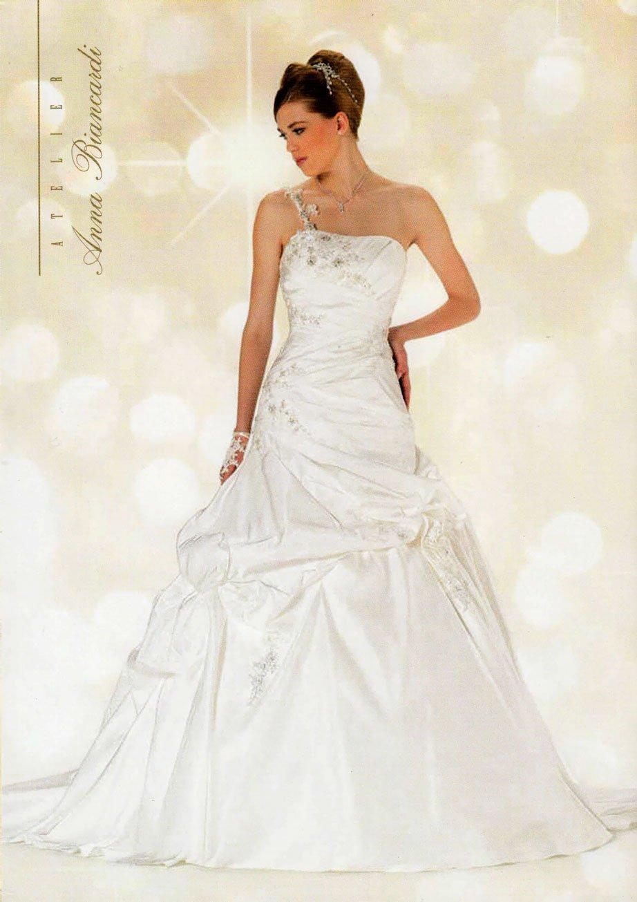 Modella con un vestito da sposa e una mano sull'anca