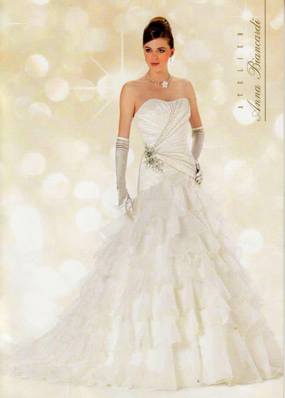 Modella che indossa un vestito da sposa