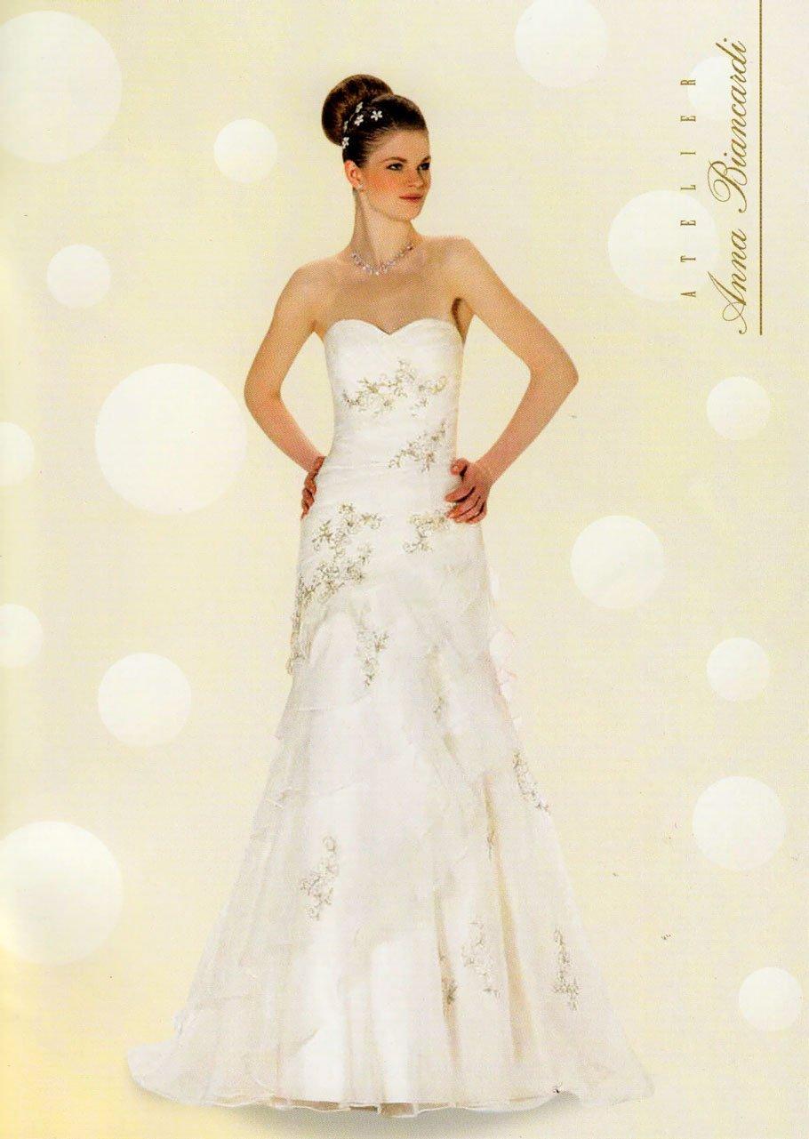 Modella mora in posa con un vestito da sposa