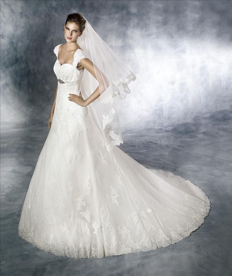 modella con mano sui fianchi e vestita da sposa