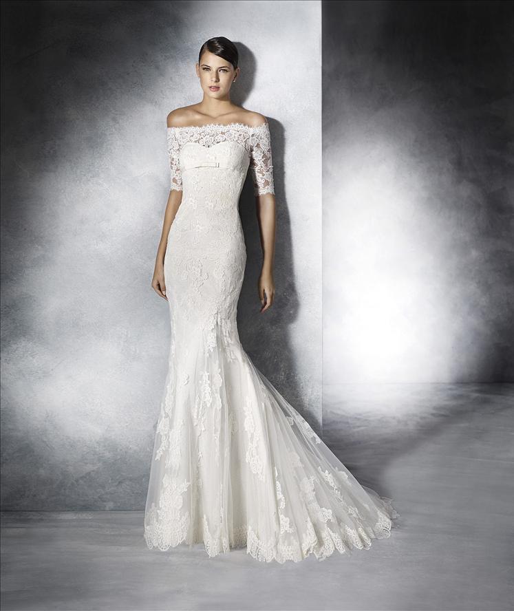 modella appoggiata al muro e vestita da sposa
