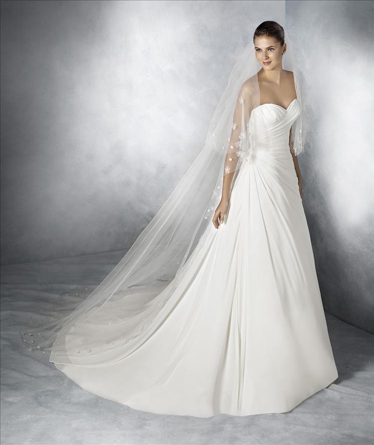 modella che sorride con un abito da sposa
