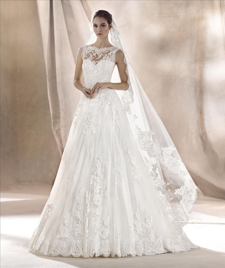 Modella in posa vista di fronte con un abito da sposa