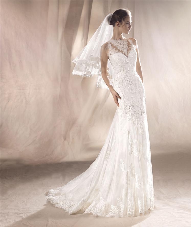 Modella vestita da sposa con mano sull'anca