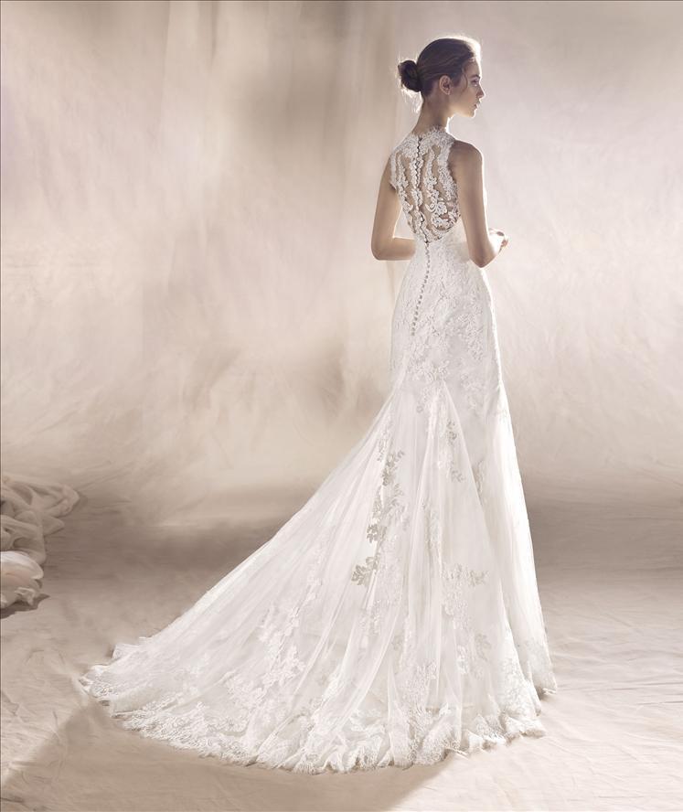 Modella vestita da sposa vista di spalle