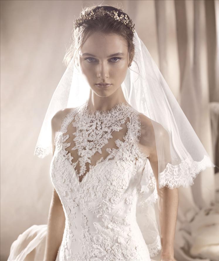 Modella vista da vicino con un completo da sposa
