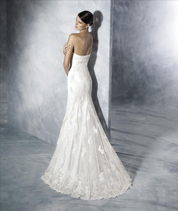 Modella vestita da sposa con sfondo di un muro blu