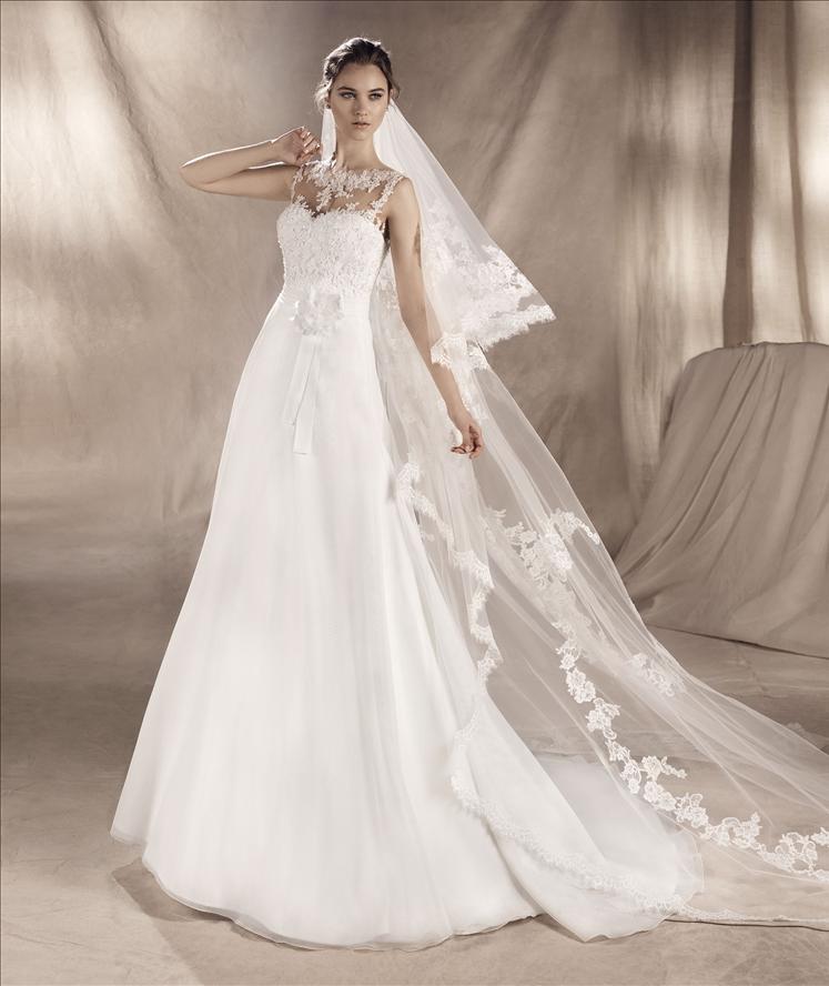 Modella con un vestito bianco da sposa
