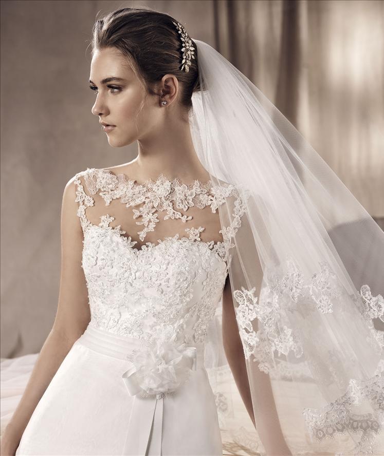 Vista ravvicinata e di lato di una modella con vestito bianco da sposa